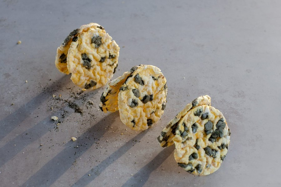 Laužyti kukurūzų trapučiai su spirulina, 0,5kg